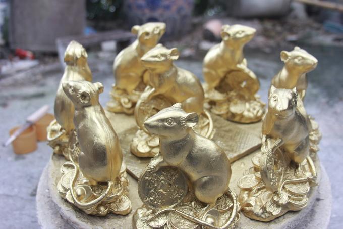 Làng Bát Tràng làm chuột mạ vàng đón Tết