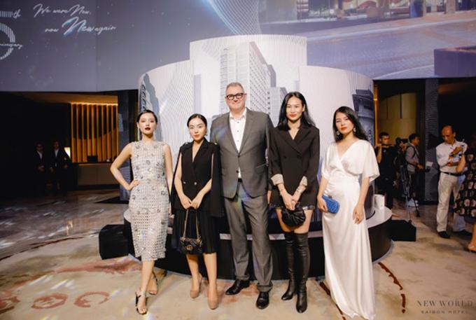 Ông Eddy, Tổng giám đốc Khách sạn New World Sài Gòn cùng các khách mời tham dự sự kiện kỷ niệm 25 năm thành lập khách sạn New World Sài Gòn.