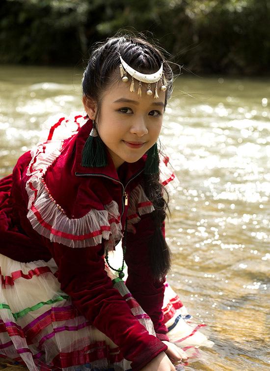 Khí hậu vùng Tây Bắc những tháng cuối năm chỉ khoảng 12-13 độ C nên Bảo Ngọc phải cố chịu lạnh để hoàn thành cảnh quay vui đùa bên dòng suối.