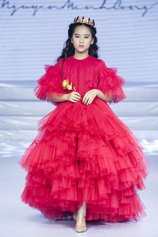 Hoa hậu thanh lịch nhí 2019 Bella Vũ lộng lẫy trong bộ váyvoan đỏ rực.