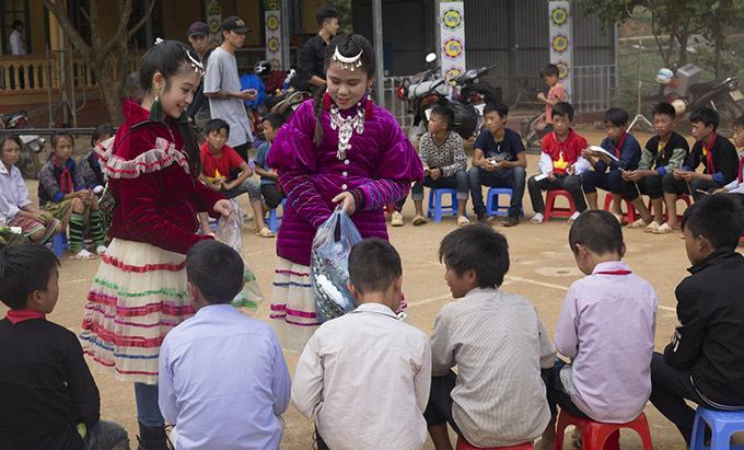 Bảo Ngọc, Bella Vũ tặng quà cho những người bạn đồng trang lứa đang học tập ở Mù Căng Chải, Yên Bái.