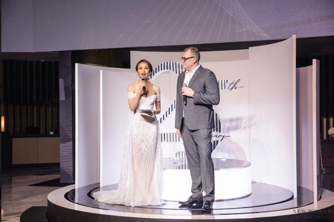 Khách sạn cũng vừa tổ chức lễ kỷ niệm 25 năm thành lập. Tổng giám đốc khách sạn New World Sài Gòn Mr Eddy cùng Hoa hậu Ngọc Diễm công bố khai mạc sự kiện.