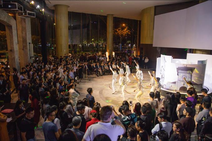 Màn biêu diễn củavũ đoàn Hoàng Thông khuấy động không khí lễ kỷ niệm 25 năm thành lập khách sạn New World Sài Gòn.Nhân dịp này,khách sạncòngiảm giá 25% cho các dịch vụ ẩm thực, spa, câu lạc bộ sức khỏe từ ngày 7/12/2019 đến 29/2/2020.