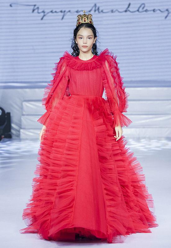 Bé Alexandra Matheson lai hai dòng máu Việt - New Zealand mới 12tuổi đã cao hơn 1,6 m. Mẫu nhí có kinh nghiệm từng trình diễn nhiều show thời trang trong và ngoài nước.