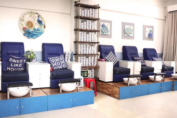 Trang - Beauty & Nail Care là chuỗi salon quy tụ những người thợ lành nghề. Đây cũng là một trong những hệ thống lớn nail lớn nhất Sài Gòn với 6 chi nhánh, trong đó tới 5 cơ sở ở quận 7 và một cơ sở ở quận 1.