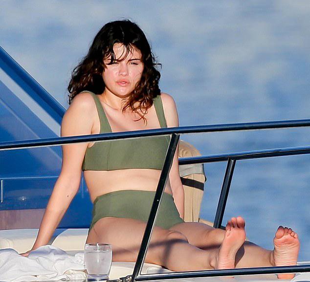 Ngôi sao 27 tuổi chọn bikini cạp cao, khéo che vết sẹo mổ ghép thận.