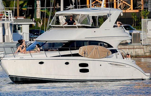 Selena Gomez thư giãn ở Hawaii - 4