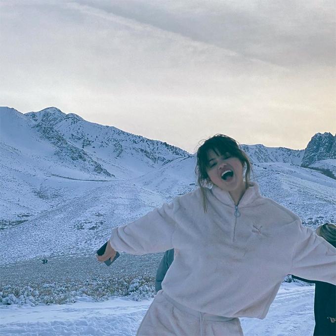 Selena chia sẻ ảnh đón Giáng sinh tại một vùng núi tuyết.