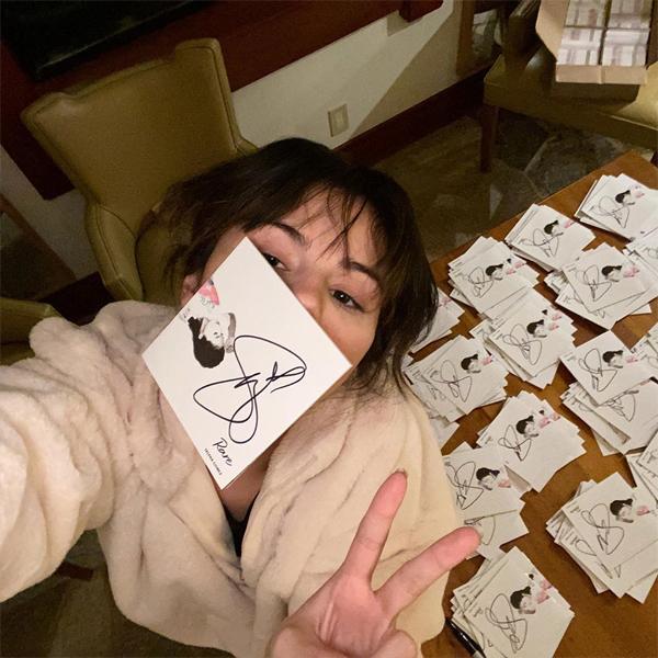 Cô đã cố gắng ký tặng 6.000 đĩa nhạc cho các fan trước khi đi nghỉ.