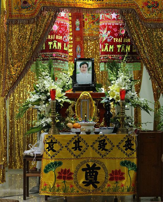 Nghệ sĩ Chánh Tín đột ngột qua đời vào 7h sáng 4/1 tại nhà riêng. Sự ra đi của anh khiến gia đình, đồng nghiệp và khán giả bàng hoàng. Tang lễ của nam diễn viên Ván bài lật ngửa được tổ chức tại một chung cư ở quận 7, TP HCM.