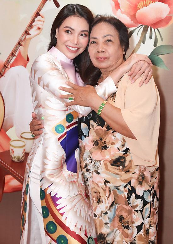 Trà Ngọc Hằng tình cảm ôm mẹ ruột trong buổi họp báo ra album mới.