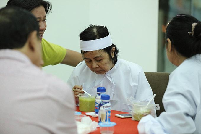 Lo Bích Trâm kiệt sức, gia đình động viên bà cố gắng ăn uống, giữ sức khoẻ để lo hậu sự cho tài tử.