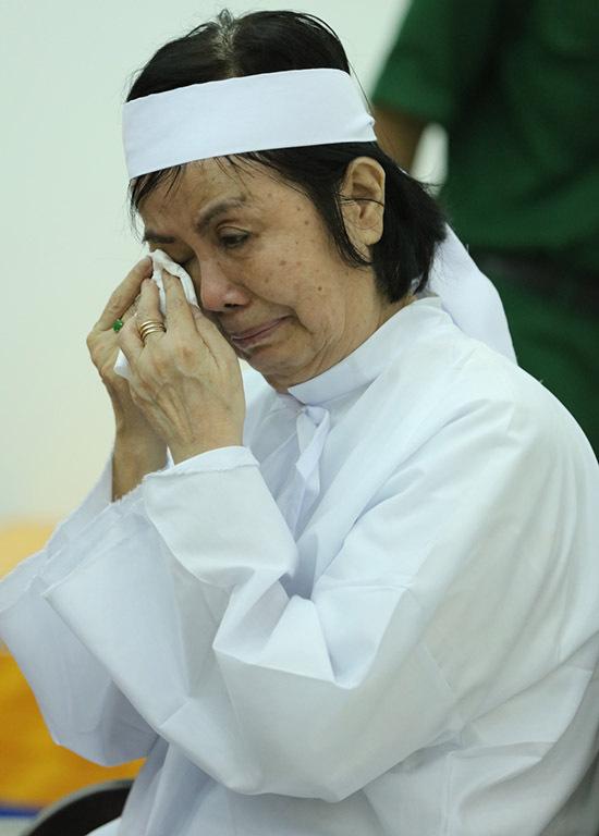 Ca sĩ Bích Trâm - vợ Chánh Tín cạn nước mắt vì khóc chồng. Bà đã gắn bó với Chánh Tín hơn 40 năm, cùng ông trải qua nhiều vui buồn, thăng trầm trong cuộc sống.