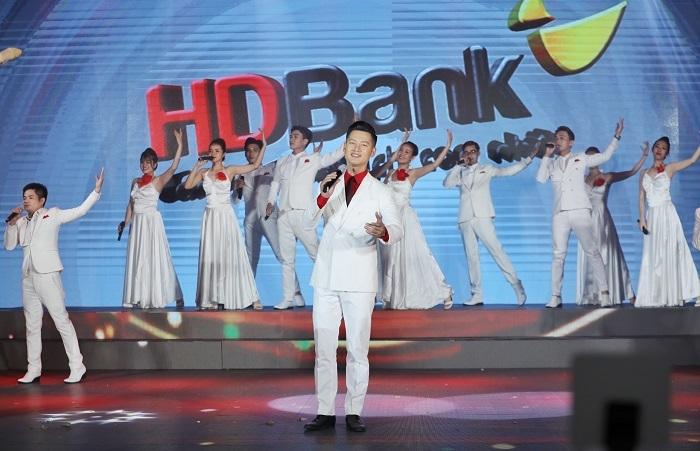 Nội dung bài hát lấy cảm hứng từ chặng đường hoạt động dài ba thập kỷ của HDBank. Từ một ngân hàng nhỏ, HDBank vươn lên trở thành một trong những đơn vị đầu ngành, sở hữu hệ sinh thái từ ngân hàng, tài chính, bán lẻ, tiêu dùng đến hàng không.