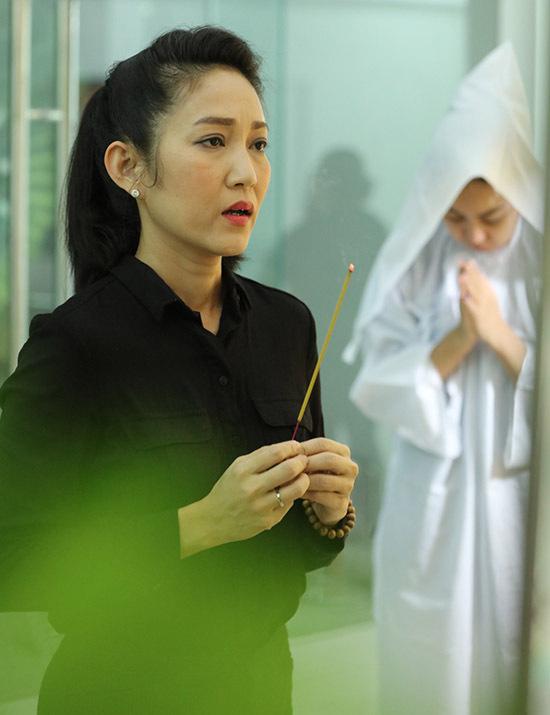 Ca sĩ Thanh Thuý đến thắp nhang tiễn biệt cố diễn viên gạo cội. Cô buồn vì điện ảnh Việt Nam mất đi một tài năng lớn.