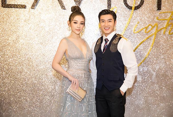 Nam Hee (phải) bên Huyền Baby (váy ánh kim) - chủ nhân của bữa tiệc.