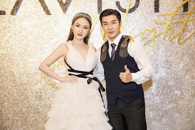 Nam Hee còn rủ rê cô bạn thân là Kelly Nguyễn chọn váy xếp tầng điệu đà để thể hiện phong cách hoàng từ - công chúa.