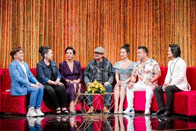 Trong chương trình, cố nghệ sĩ Nguyễn Chánh Tín cùng các khách mời khác ôn lại bộ phim Ván bài lật ngửa -