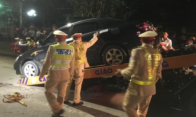 Cảnh sát giao thông thành phố Vinh cầu xe của tài xế 39 tuổi không hợp tác đêm 3/1.