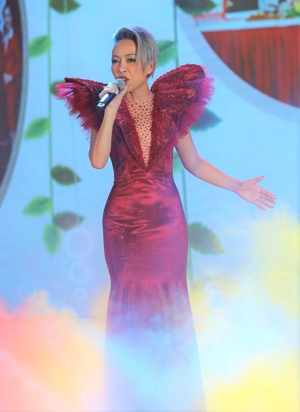 Thảo Trang cũng là một trong những nghệ sĩ được mời biểu diễn. Người đẹp diện thiết kế dạ hội có phần cầu vai nhô cao ấn tượng.