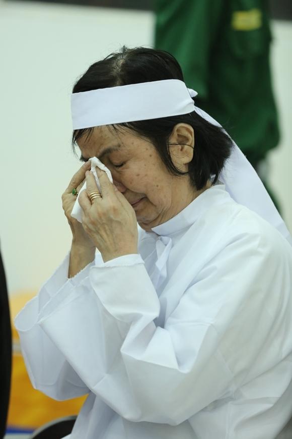 Ca sĩ Bích Trâm khóc nức nở trước ban thờ chồng. Ảnh: Maison de Bil.