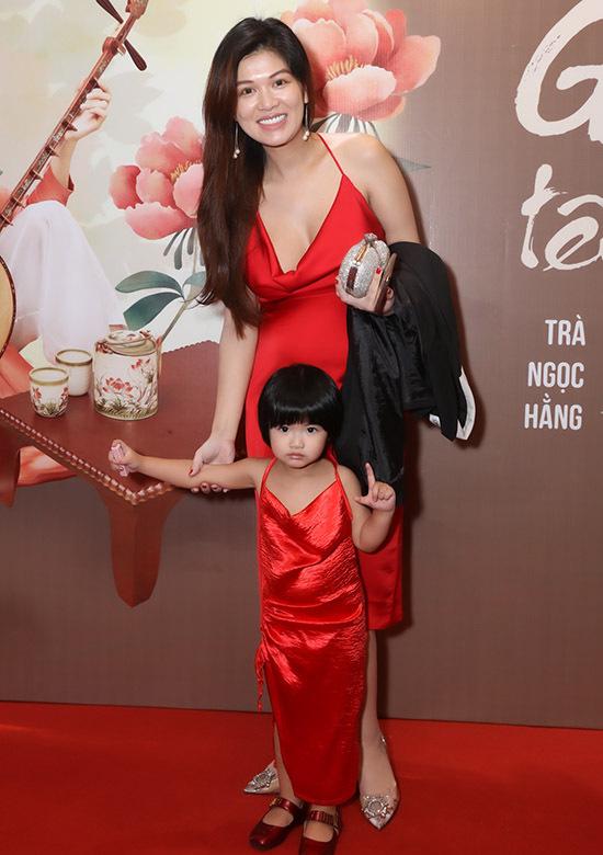 Hoa hậu Oanh Yến mặc đồ đôi đỏ rực với con gái Gia Mỹ. Cô đang mang thai con thứ sáu.