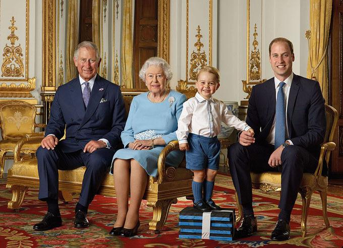 George đứng trên bục trong ảnh chân dung của 4 thế hệ hoàng gia Anh nhân sinh nhật 90 tuổi của Nữ hoàng hồi năm 2016. Ảnh: PA.