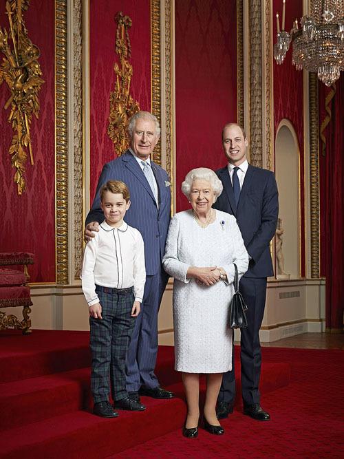 George đáng yêu trong ảnh chụp của 4 thế hệ hoàng gia. Ảnh: PA.