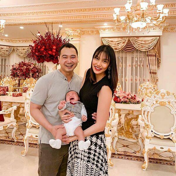 Vợ chồng Lan Khuê bên con trai.