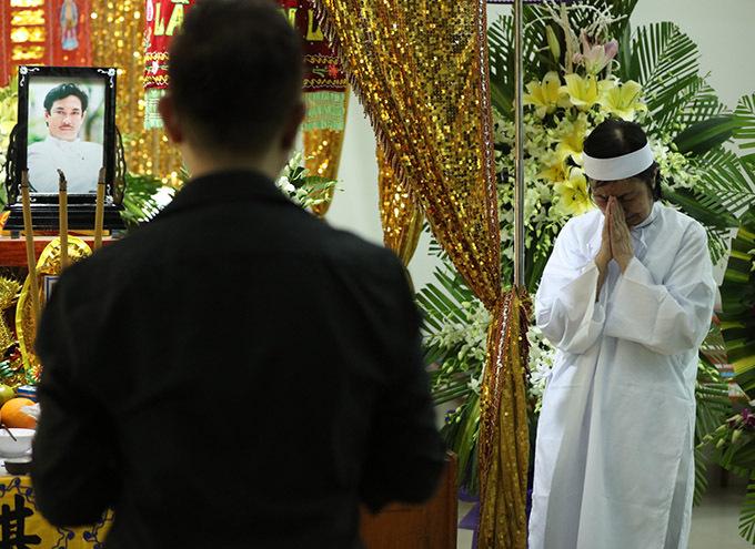 Vợ Chánh Tín cố nén nỗi đau đứng chịu tang chồng, đáp lễ khách tới viếng.