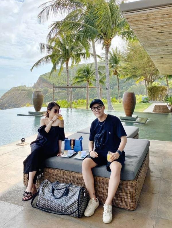 Minh Anhđang có chuyến đi nghỉ đầu năm mới ở Nha Trang -Đà Lạt. Đôi vợ chồng son chọn ở resort 5 sao ngay sát bờ biển. Đây là một trong những nơi nghỉ dưỡng tốt của thành phố biển miền Trung, với địa hình đồi núi xung quanh, bãi biển riêng, cảnh thiên nhiên trong lành, thích hợp dành cho những kì nghỉ ngắn, khi bạn muốn tránh khỏi sự ồn ào, xô bồ của thành phố nhưng vẫn đầy đủ tiện nghi.