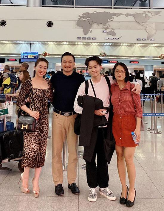 Sau bữa ăn tối vui vẻ, Chi Bảo cùng bạn gái và vợ cũ của anh tiễn con trai ra sân bay.