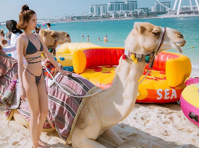 Ban đầu nữ người mẫu khá e dè khi được mời trải nghiệm cảm giác cưỡi lạc đà.