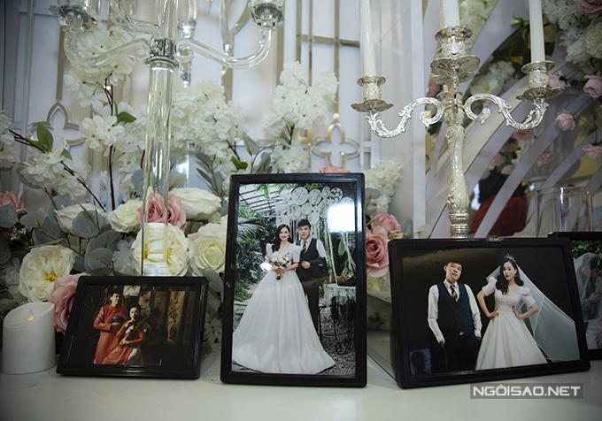 Khu vực bàn gallery được trưng bày nhiều ảnh cưới của đôi vợ chồng chụp tại bảo tàng Dân tộc học Việt Nam, studio.