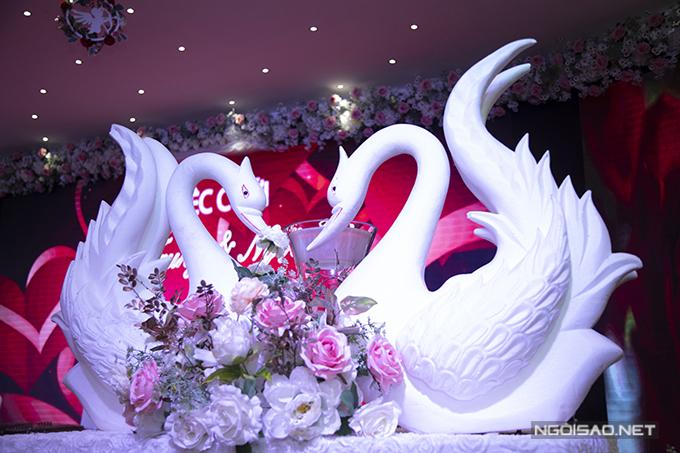 Tháp rượu được trang trí với hình ảnh đôi thiên nga, tượng trưng cho tình cảm lứa đôi hạnh phúc, bền chặt.