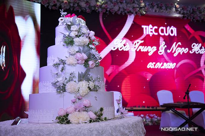 Bánh cưới là mẫu có sẵn của hội trường tiệc, mang tông trắng.