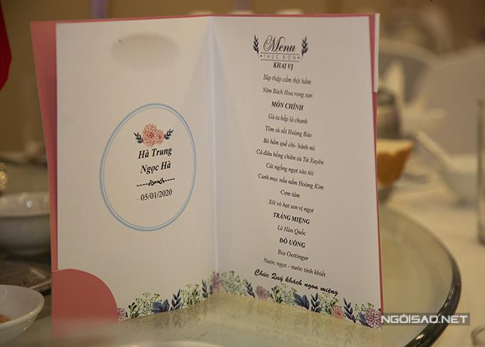 Thực đơn tiệc của cặp vợ chồng gồm: súp thập cẩm, nộm Bách Hoa, gà ta hấp, tôm sốt hoàng bào, bò hầm, cá điêu hồng, cải ngồng xào, canh mọc nấu tôm hoàng kim, cơm tấm, xôi vò, lê, bia và nước ngọt. Đám cưới của cặp 9X có sự hiện diện của khoảng 350-400 khách mời.