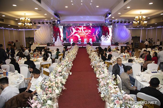 Lối đi phía trong hội trường tiệc được tô điểm với nến và hoa.