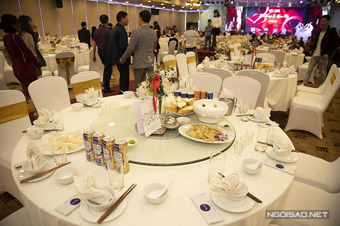 Uyên ương chọn ghế banquet, bàn tròn cho không gian cưới. Mỗi ghế đều thắt dải lụa màu vàng đồng để làm điệu.