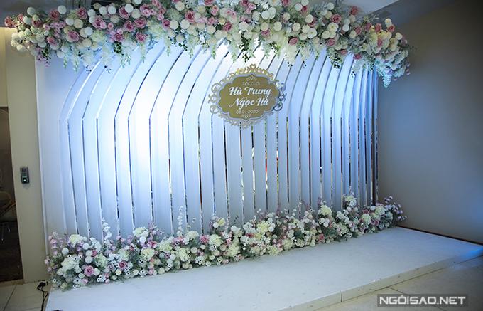 Khu vực photobooth được tô điểm với hoa hồng - loài hoa tượng trưng cho tình yêu bất diệt.