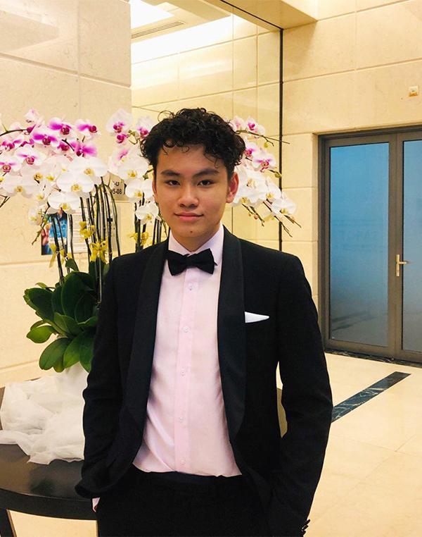 Con trai Chi Bảo hiện 19 tuổi, rất cao lớn và giống bố.