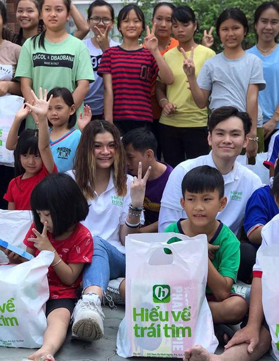 Trong chuyến về Việt Nam thăm gia đình, chàng thanh niên được bố cho đi từ thiện để hiểu thêm về cuộc sống và những hoàn cảnh khó khăn quanh mình.