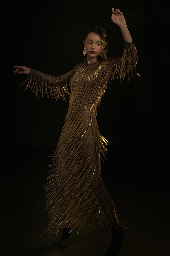 Ờ mùa lễ hội 2019/2020, nhà thiết kế Hà Nhật Tiến lăng xê trang phục ánh kim, sequins, metalic với sắc vàng goid chủ đạo.