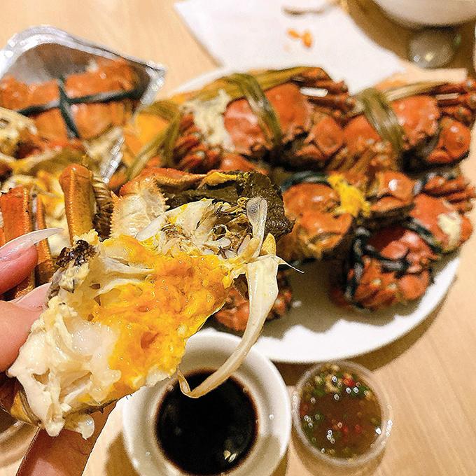 Một bữa cải thiện của Bích Phương với cua hấp. Cô nàng rất thích các món hải sản, gợi nhắc tới quê hương. Mẹ cô biết con nhớ nhà nên cũng thường xuyêngửi các món hải sản từ Quảng Ninh vào TP HCM để cô chế biến.