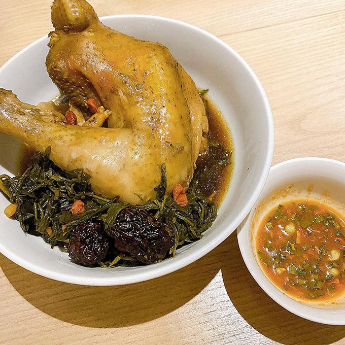 GIọng ca Quảng Ninh còn trổ tài làm gà tần ngải cứu, chấm với gia vị mì tôm. Món gà có các thảo mộc giúp bồi bổ sức khỏe.