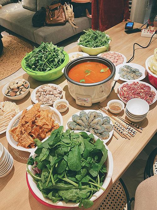 Bích Phương chuẩn bị các nguyên liệu cho một bữa lẩu Thái bên bạn bè, tiễn năm 2019, chào 2020. Các nguyên liệu mà người đẹp chọn lựa gồm: tôm, thịt bò, ngao, váng đậu, nấm, các loại rau.
