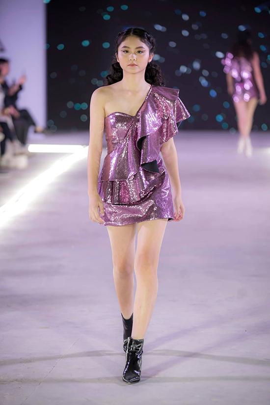 Vải sequins, ánh kim tông tím, ánh bạc cũng được Ivan Trần khai thác triệt để và tạo nên nhiều mẫu đầm đi tiệc lấp lánh.