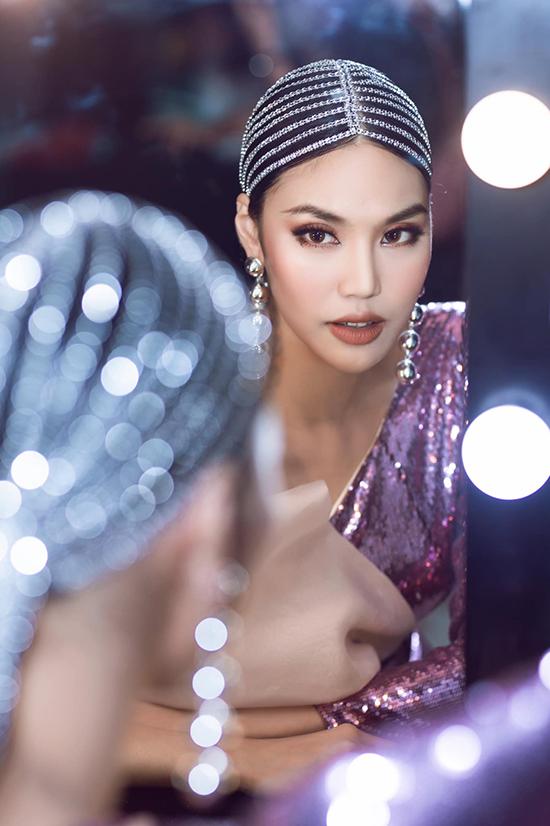 Trong thời gian mang thai bé Connor, Lan Khuê luôn được khán giả, bạn bè đồng nghiệp khen ngợi là bà bầu đẹp nhất showbiz Việt. Khi trở lại sàn diễn, cô tiếp tục nhận được nhiều lời nhận xét có cánh về thần thái và nhan sắc mặn mà.