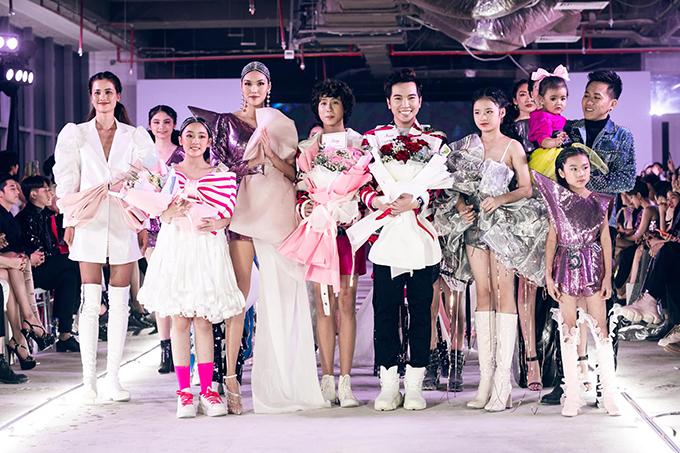 Lan Khuê (váy ánh kim tím) cùng nhà thiết kế Ivan Trần và các người mẫu xuất hiện ở màn chào kết.