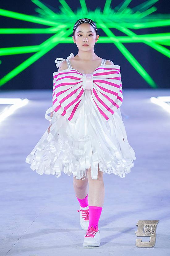 Trong show diễn kỷ niệm 5 năm, nhà thiết kế Ivan Trần đã mang tới nhiều bộ sưu tập dành cho các nhóc tỳ.